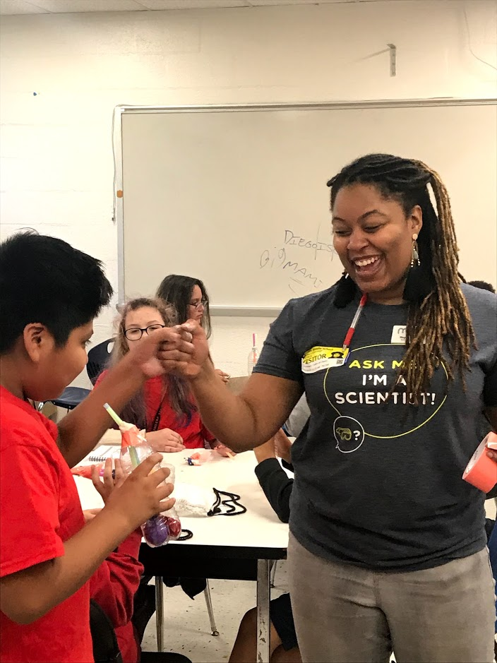 Scientist teaches middle school students about lungs